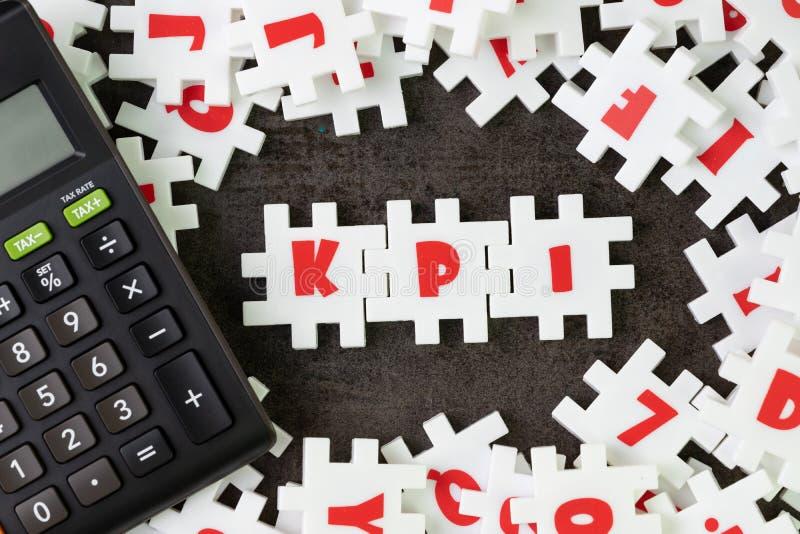 KPI, concepto del indicador del punto clave, alfabeto blanco c del rompecabezas del rompecabezas imagenes de archivo