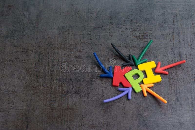 KPI, Schlüsselleistungs-Indikatorgeschäftsziel oder -ergebnis, zum des Erfolgs im Werbekampagnekonzept durch mehrfachen Pfeil zu  lizenzfreies stockfoto