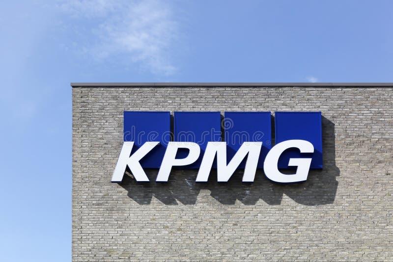KPMG-embleem op een muur stock afbeeldingen