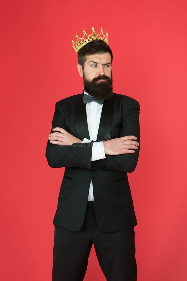 Królewiątko styl Mężczyzny fornal w ślubu kostiumu Dużego szefa styl Formalny wydarzenie Królewiątko korona Brodaty mężczyzna w s fotografia royalty free