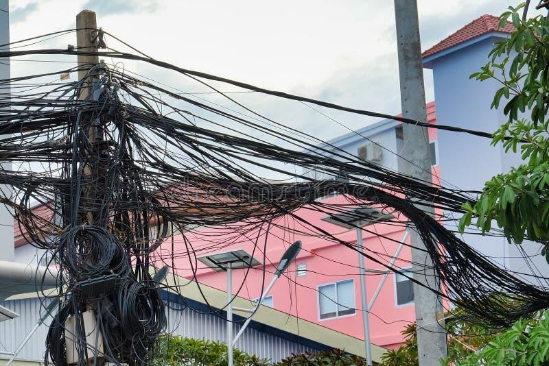 Kręceni druty linie energetyczne, chaos miastowe komunikacje, kablowy plik obrazy stock