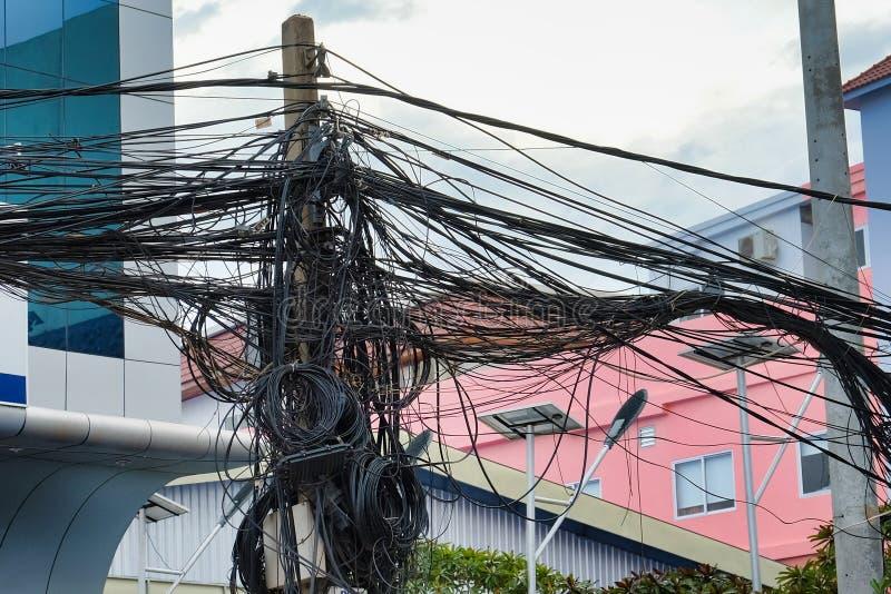 Kręceni druty linie energetyczne, chaos miastowe komunikacje, kablowy plik zdjęcie stock
