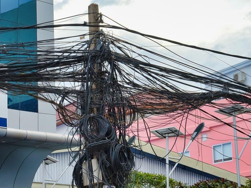 Kręceni druty linie energetyczne, chaos miastowe komunikacje, kablowy plik obraz stock