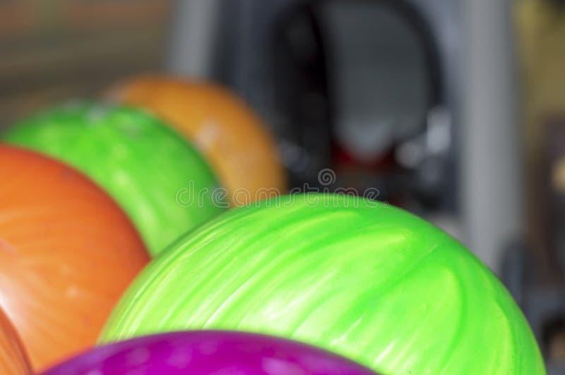 Kręgle piłki na stojaku obrazy stock