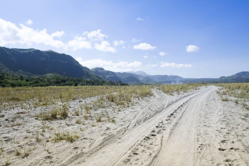 Krähentalschotterweg-Berg pinatubo lizenzfreie stockfotografie