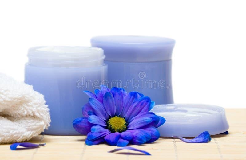 kräm blommar handduken arkivbild