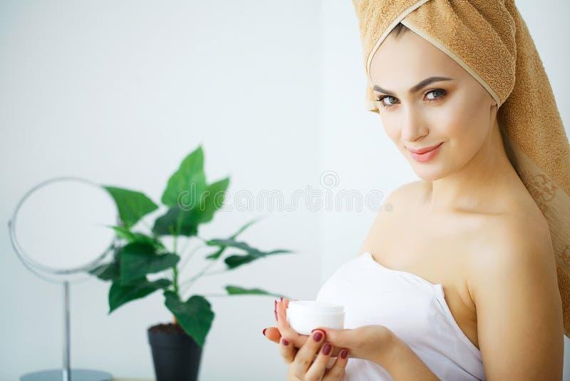 Kräm för kvinnahållskönhetsmedel Härlig framsidabarnmodell royaltyfri bild