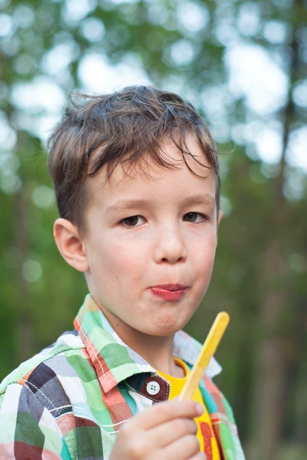 kräm- is för pojke fotografering för bildbyråer