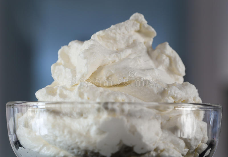 Kräm i ett makroskott för glass bunke royaltyfri bild