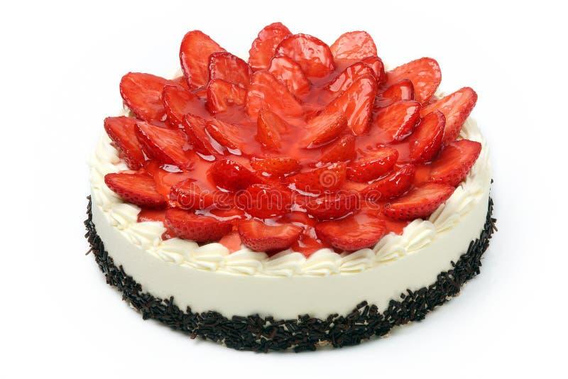 Kräm- kaka med jordgubbar på vit bakgrund royaltyfri fotografi