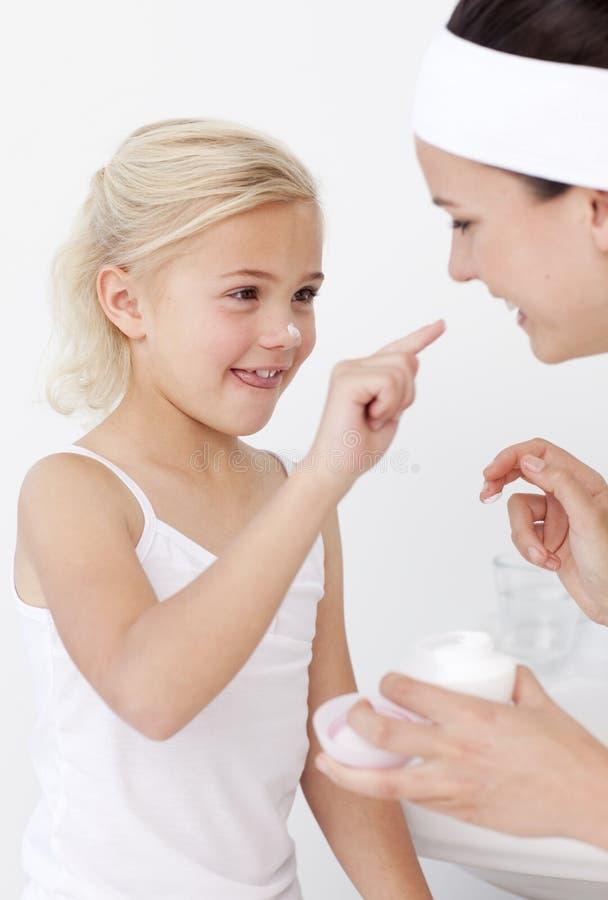kräm- sätta för dotterframsidamoder arkivfoto