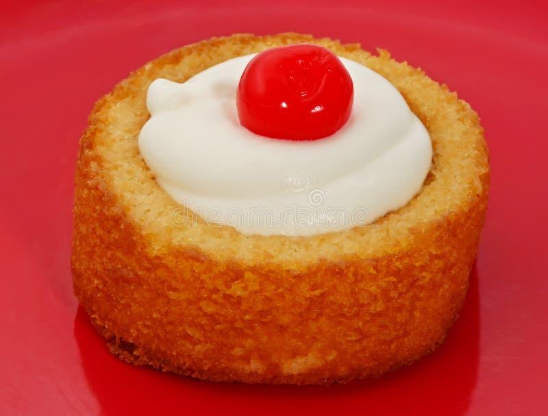 kräm- shortcake för Cherry arkivbild
