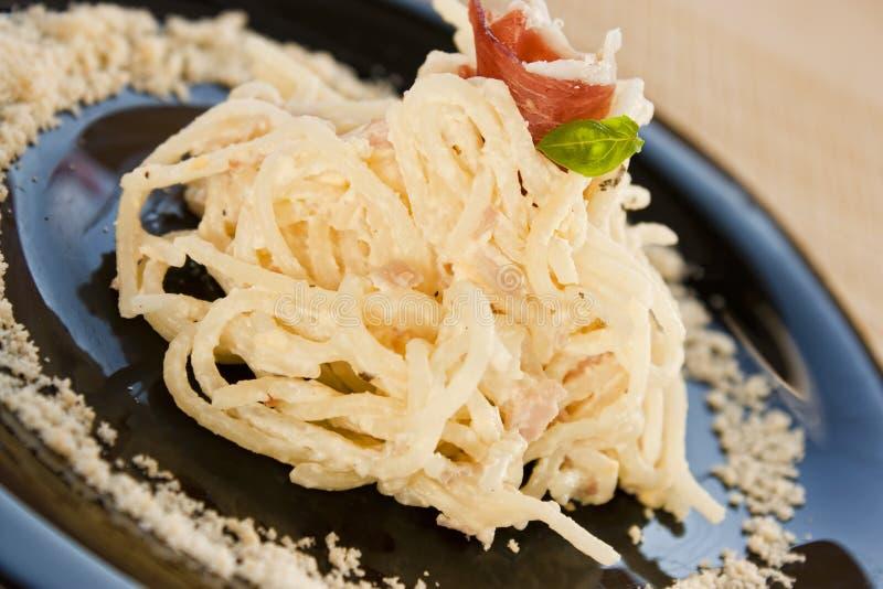 kräm- skinkaspagetti arkivbilder