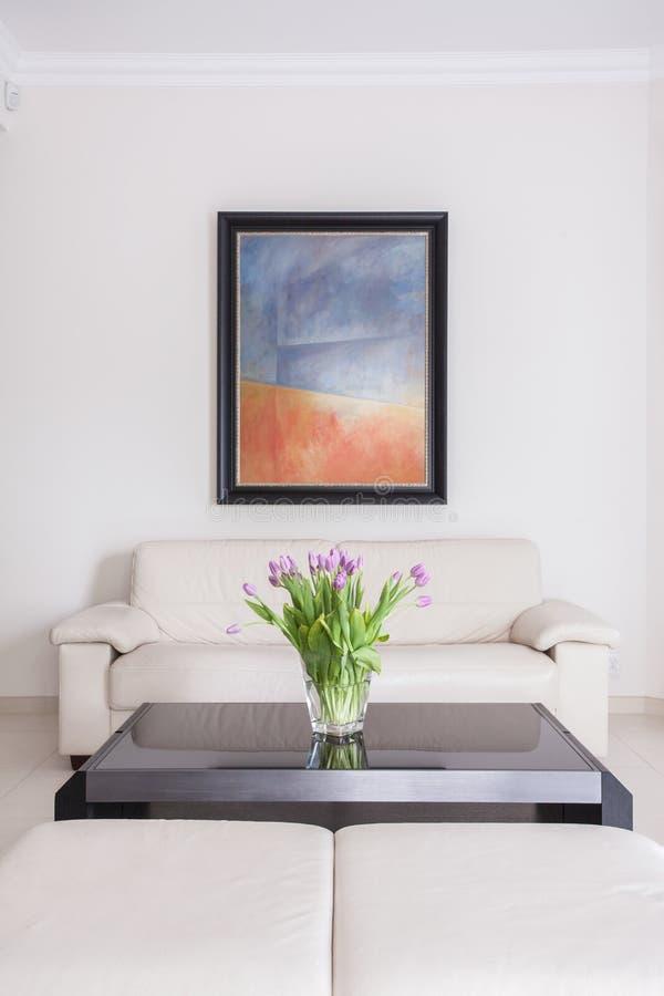 Kräm- soffa i vardagsrum royaltyfri bild