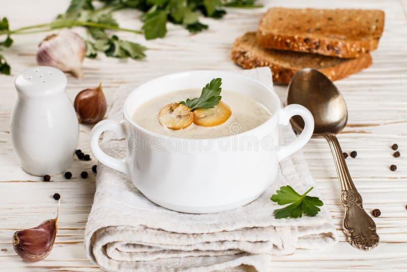 Kräm- soppa för gourmet med champinjonchampignons royaltyfria foton