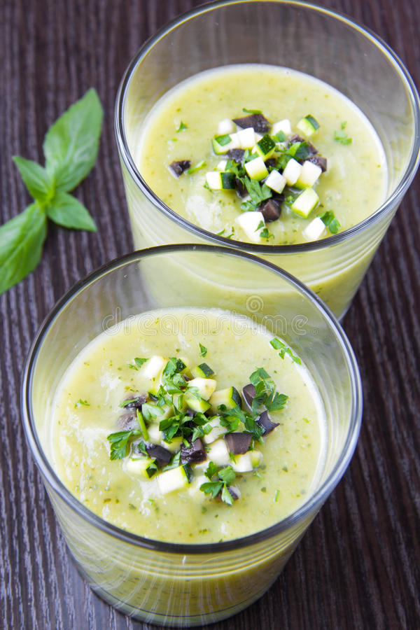 Kräm- soppa för grönsak med avokadot, örter, zucchinin och svartoli arkivfoto