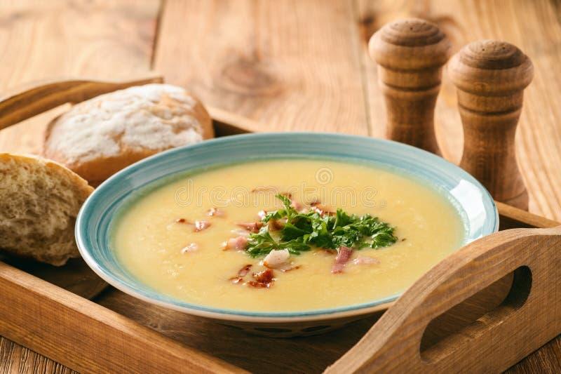 Kräm- soppa för potatis med ost och bacon royaltyfria foton