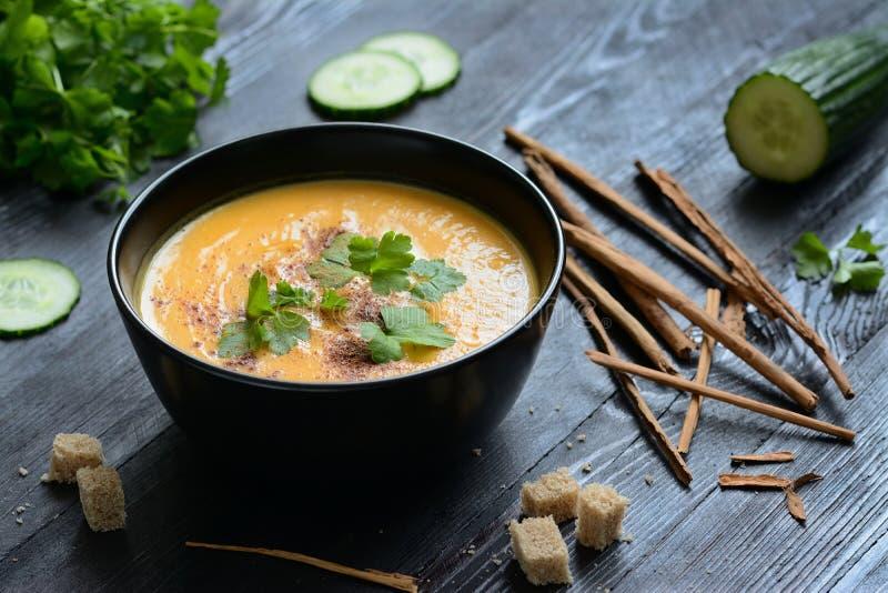 Kräm- soppa för pumpa med krutonger royaltyfri foto