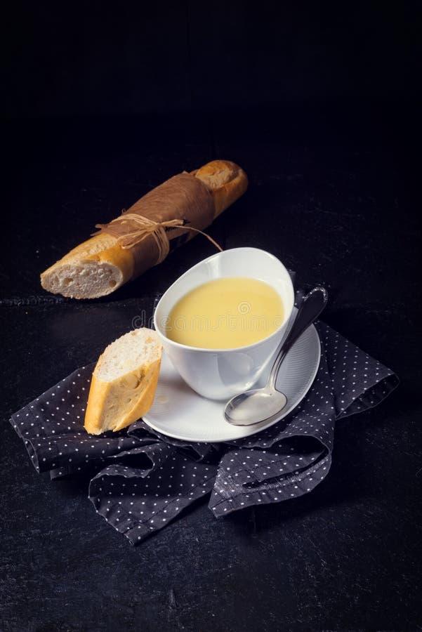 Kräm- soppa för sparris med ägget arkivbild
