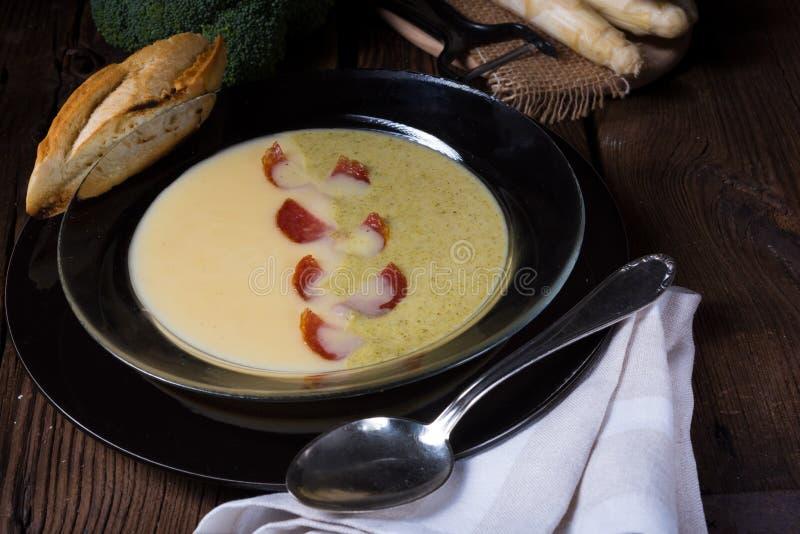 Kräm- soppa för sparrisbroccoli arkivbild