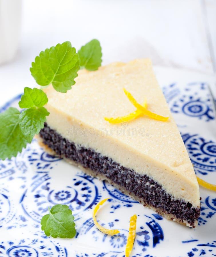 Kräm- syrligt för vallmofrö, kaka, pajskiva med citronpiff arkivfoton