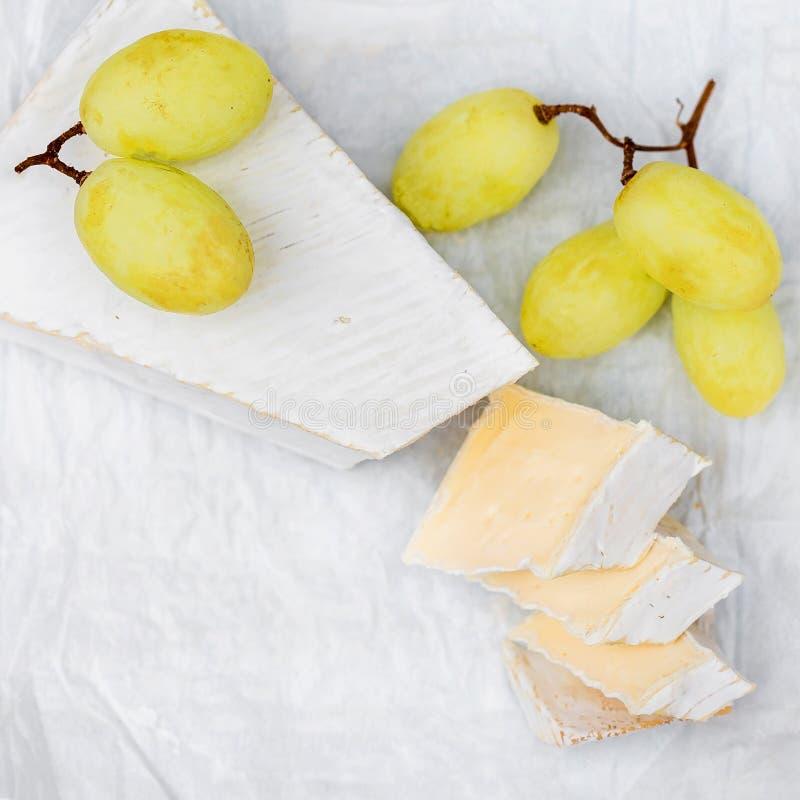 Krämig Brie på vit lantlig träbakgrund, bästa sikt royaltyfri fotografi