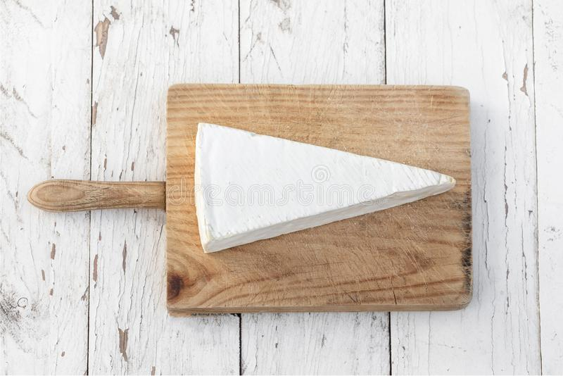 Krämig brieost på lantlig träbakgrund Camembertchees royaltyfri foto