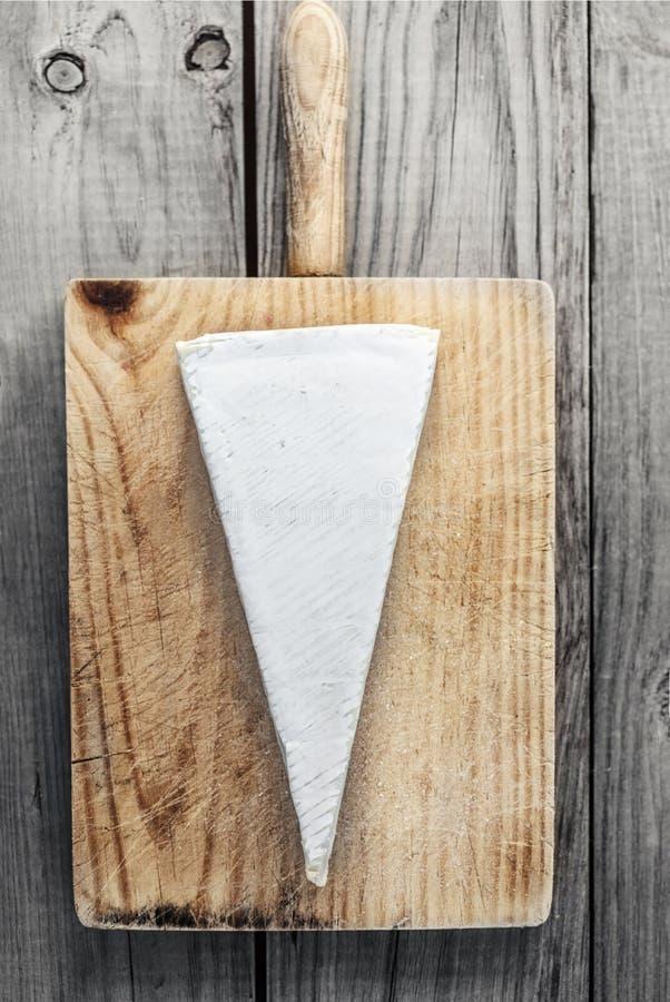Krämig brieost på lantlig träbakgrund Camembertchees royaltyfri fotografi