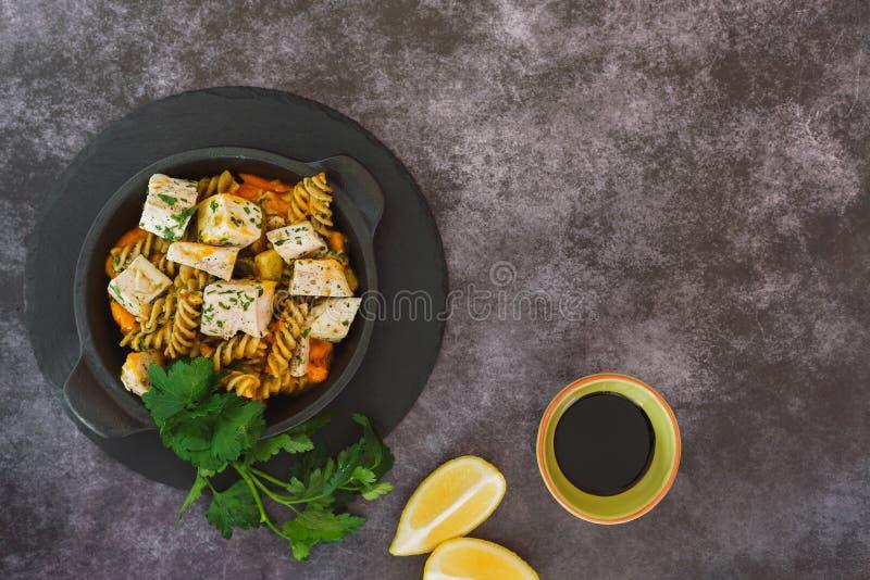 Krämig pumpahöna med pasta royaltyfri foto