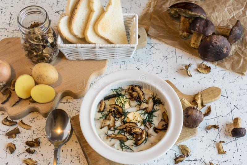 Krämig soppa av skogchampinjoner, dill, ägg och kräm - Kulajda arkivbilder