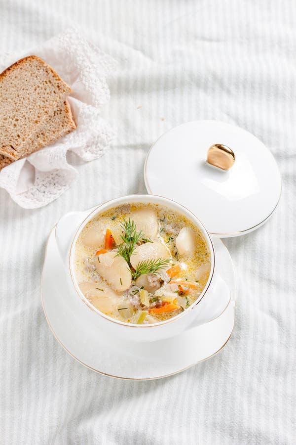Krämig soppa med vita bönor royaltyfri bild