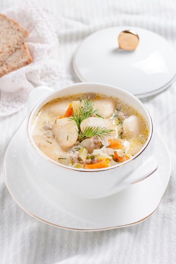 Krämig soppa med vita bönor royaltyfria foton