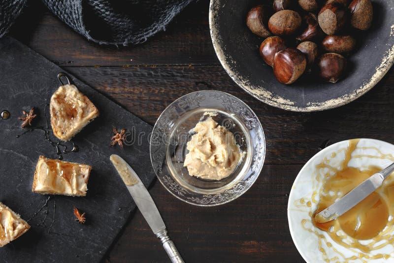 Krämrostade bröd för söt kastanj med rosmarinhonung- och anisstjärnor royaltyfria foton