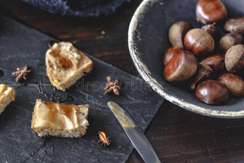 Krämrostade bröd för söt kastanj med rosmarinhonung- och anisstjärnor arkivfoton