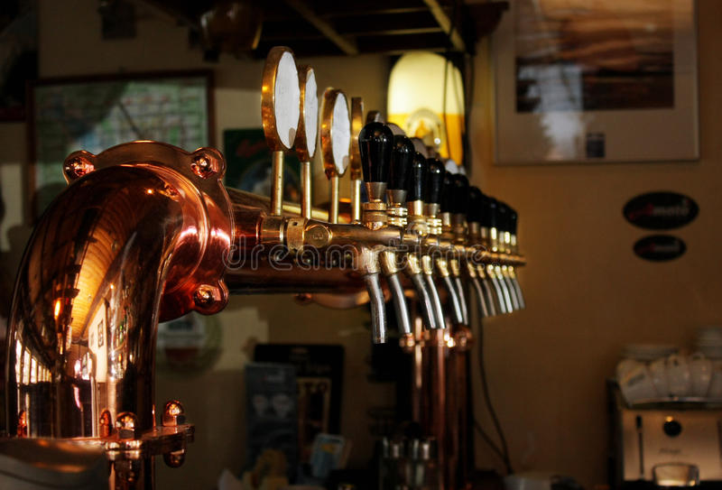 Kräne für abfüllendes Bier lizenzfreie stockbilder
