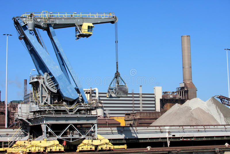 Kräne nähern sich Stahlfabrik in Holland (IJmuiden) stockbilder