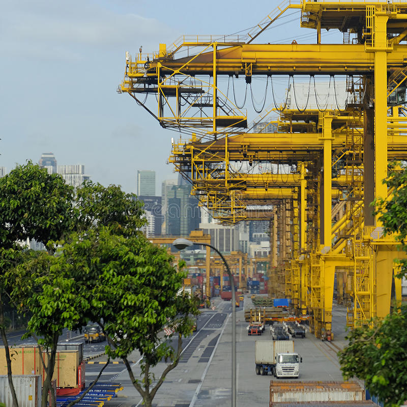 Kräne in Singapur-Hafen stockbild