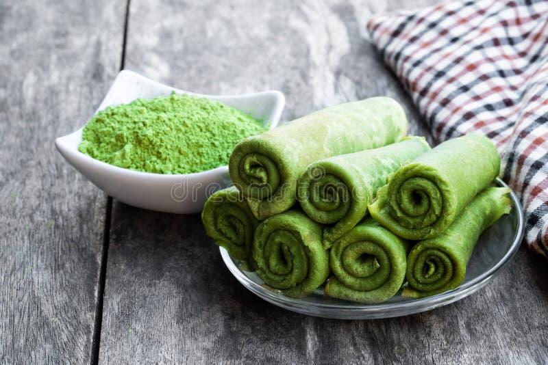 Kräpp Matcha för grönt te på den lantliga trätabellen royaltyfri bild
