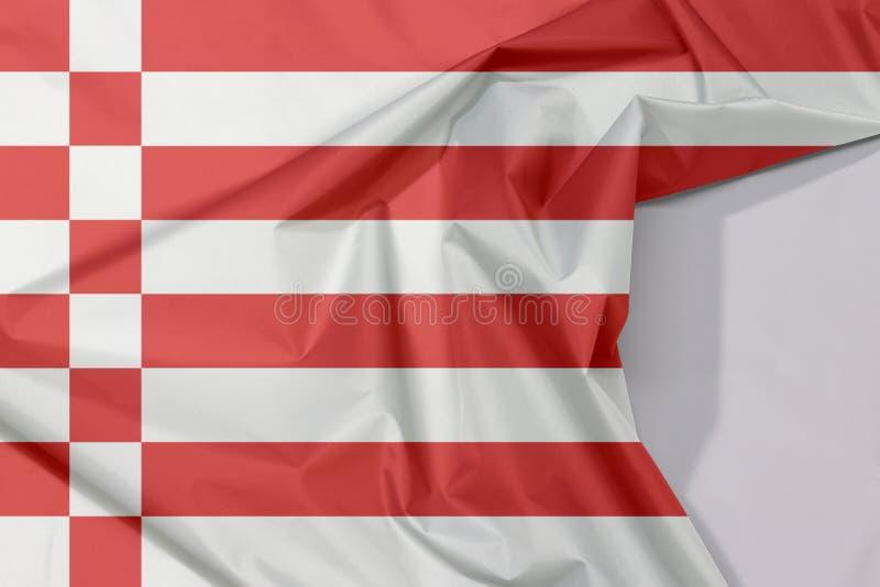 Kräpp och veck för tygBremen flagga med vitt utrymme, en röd och vit flagga royaltyfri foto