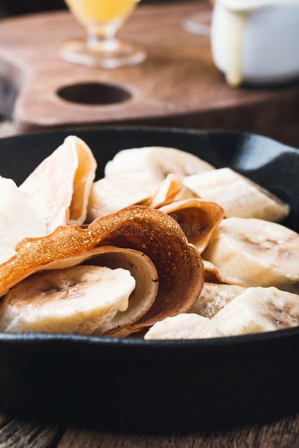 Kräppar med bananer och kräm- karamellsås royaltyfria foton