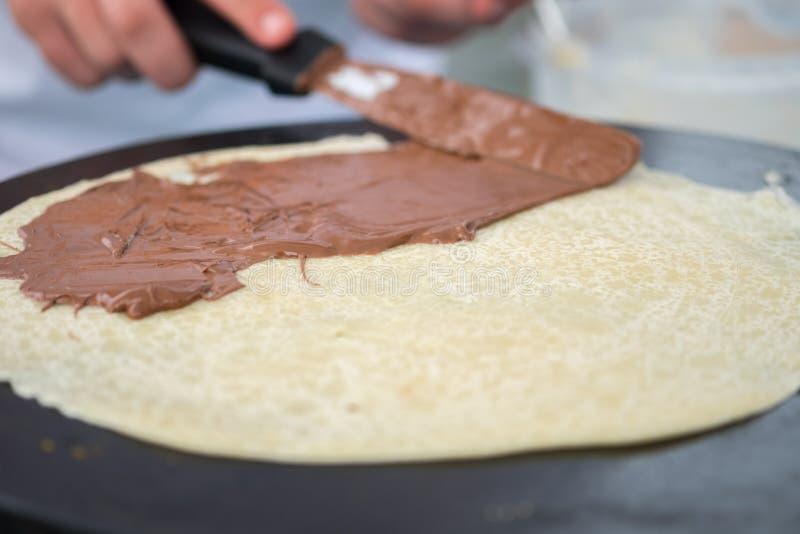 Kräppar med chokladspridningmatlagning på bönder marknadsför arkivbild