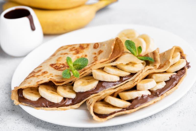 Kräppar som stoppas med den chokladspridning och bananen royaltyfria foton