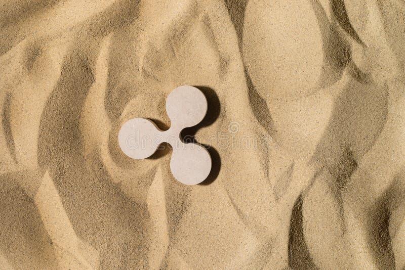 Kräuselungs-Zeichen auf dem Sand stockbilder