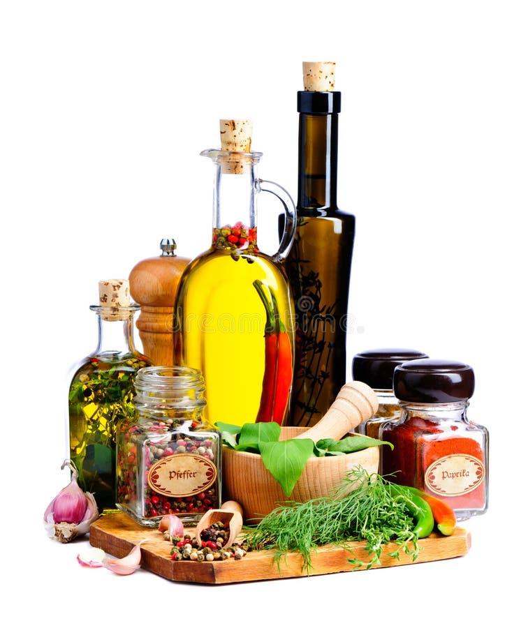 Kräuter, Gewürze und Olivenöl stockfoto