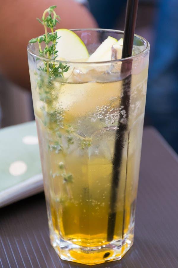 Kräuter trinken in einem Gras stockbilder