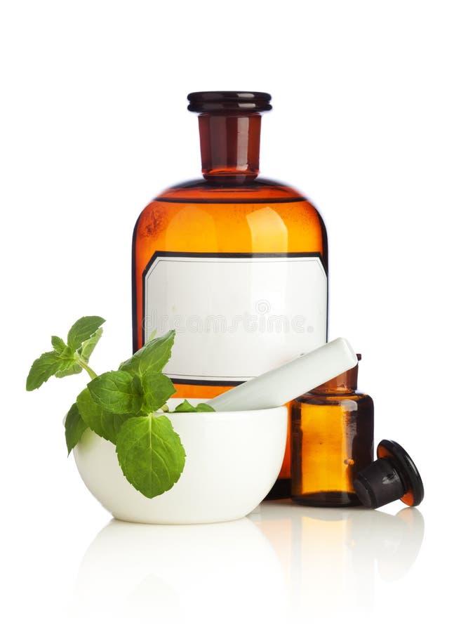 Kräutermedizin-Flaschen und Mörser lizenzfreies stockbild