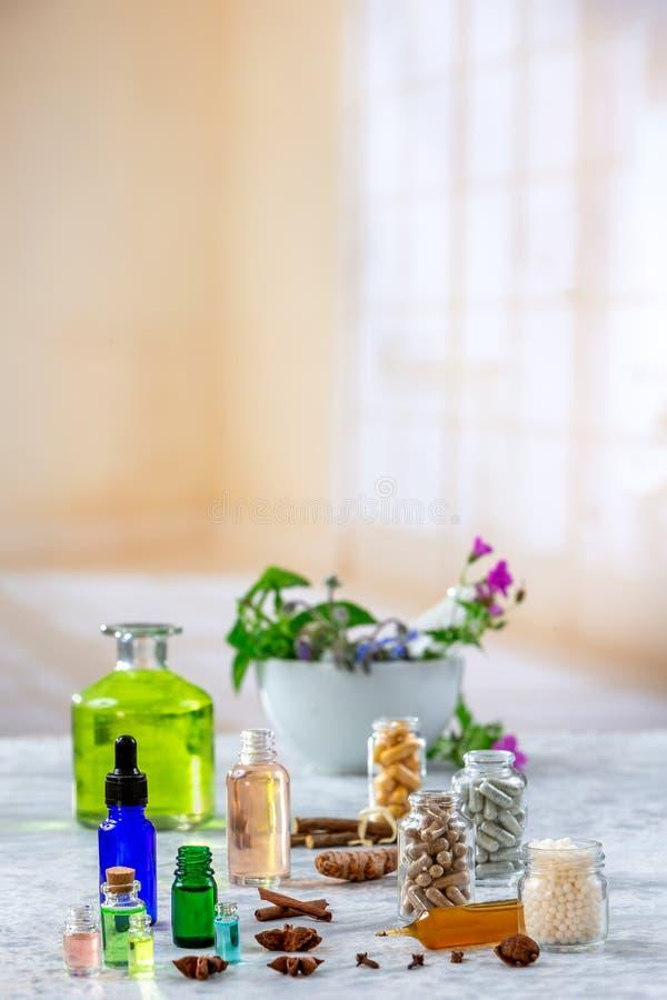 Kräutermedizinpillen mit trockenem natürlichem Kräuter Konzept von Kräutermedizin und von diätetischen Ergänzungen lizenzfreie stockfotos