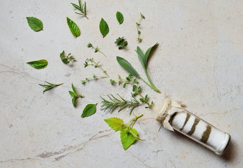 Kräutersalz Ayurvedic im Glasgefäß Seesalz mit aromatischem Kraut - Rosmarin, Oregano, Salbei, Majoran, Basilikum, Thymian, Minze lizenzfreies stockfoto