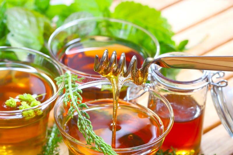 Kräutertee und Honig lizenzfreie stockfotos