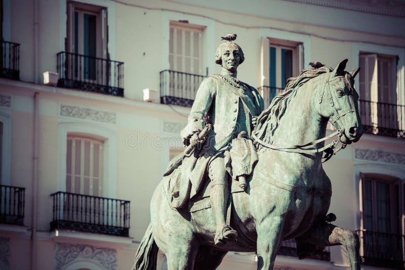 Królewiątka Carlos III Equestrian statuy Tio Pepe Sławny znak Puerta de zdjęcia stock
